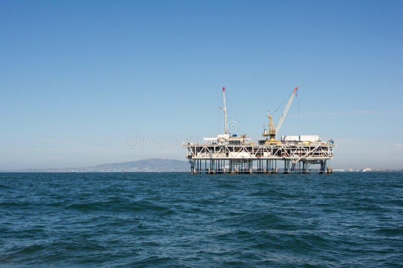 Outre de la plate-forme pétrolière de rivage images libres de droits