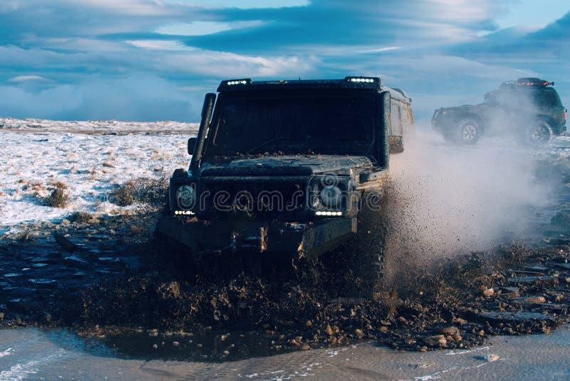 Outre de la route Tir frais de l'eau sale étant éclaboussée autour de la route vide après de grandes commandes de voiture par ell images libres de droits