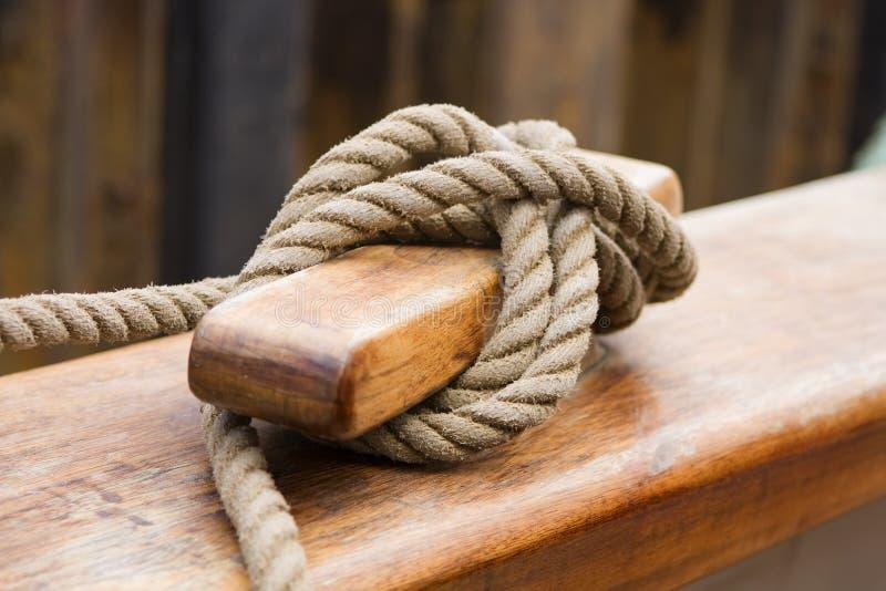 outre de vieux bateaux de corde attachés image stock