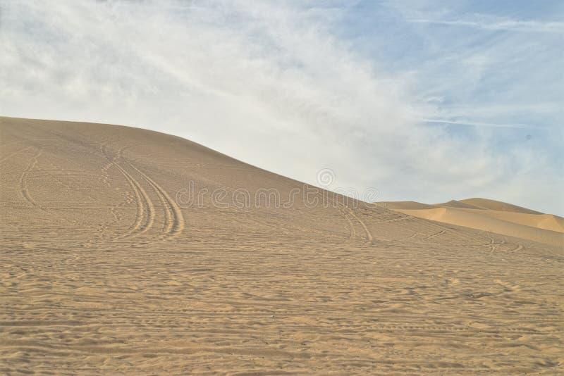 Outre des voies de véhicule routier en sable aux dunes de sable impériales, la Californie, Etats-Unis photo libre de droits