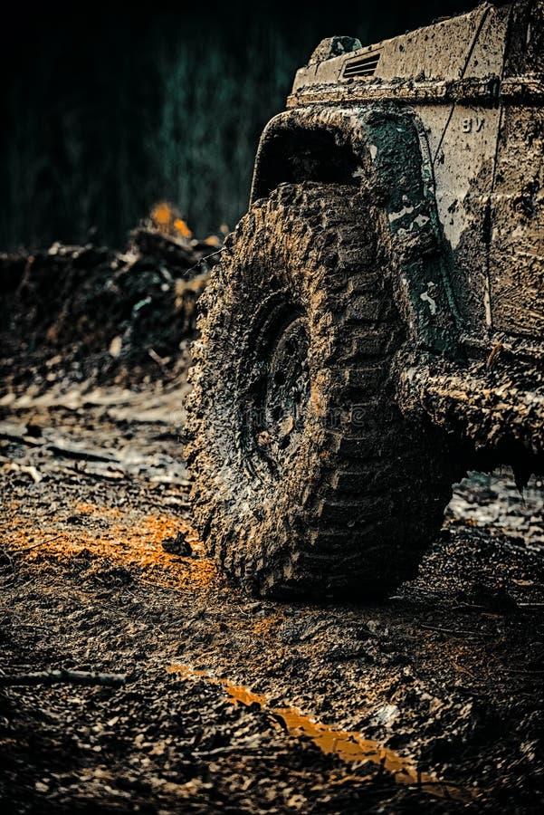 Outre du camion de sport de route entre le paysage de montagnes Mudding off-roading par un secteur de boue ou d'argile humide Vue images libres de droits