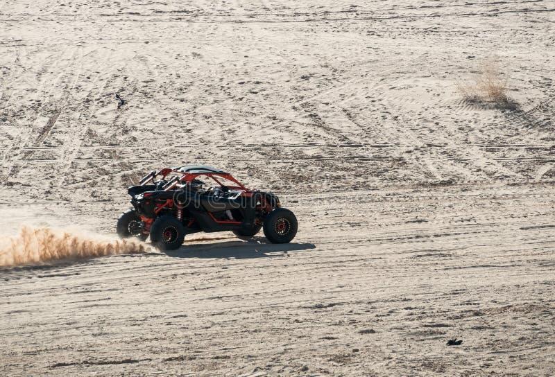 Outre du véhicule routier, dunes de sable impériales images libres de droits