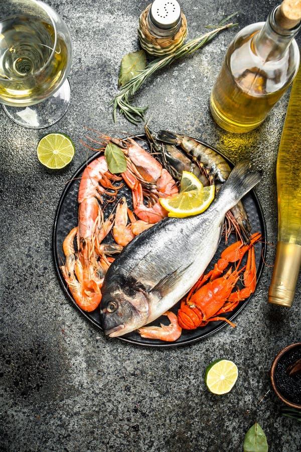 Outredd skaldjur, dorado, räka med vitt vin och kryddor arkivbild