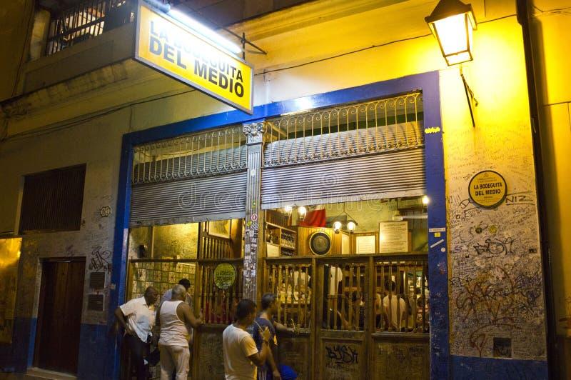 Outseide il Bodeguita del Medio, Avana, Cuba fotografia stock libera da diritti