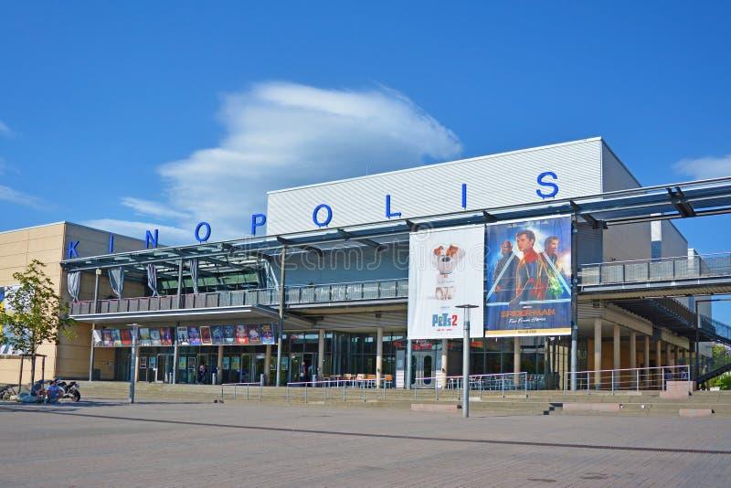 Outside duża Niemiecka kino gałąź dzwonił «Kinopolis z filmów plakatami, dużym kwadratem w przodzie i błękitnym lata niebem w ple obrazy royalty free