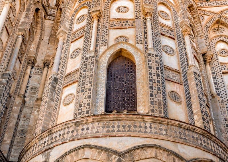 Outsides van de belangrijkste deuropeningen en hun gerichte bogen van de oude Kathedraalkerk in Monreale, Sicilië royalty-vrije stock foto