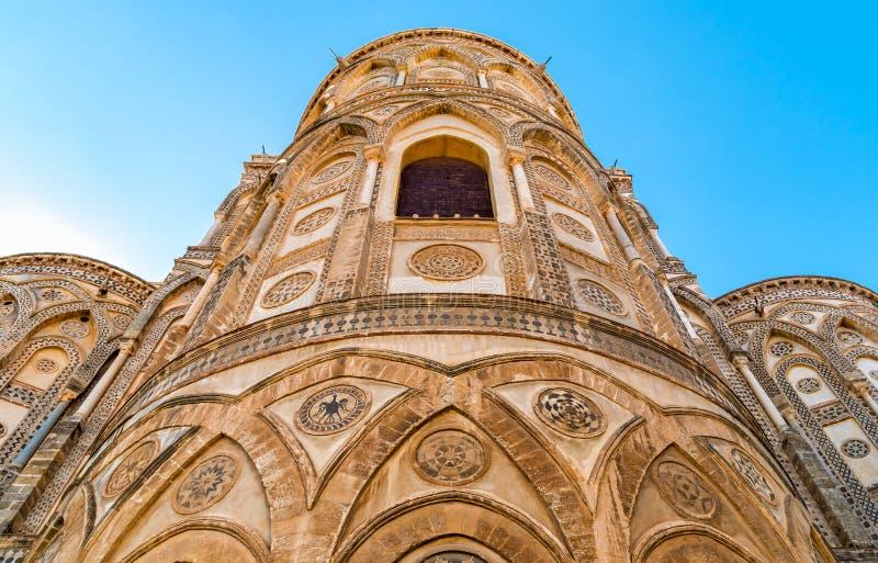 Outsides van de belangrijkste deuropeningen en hun gerichte bogen van de oude Kathedraalkerk in Monreale, Sicilië royalty-vrije stock afbeeldingen