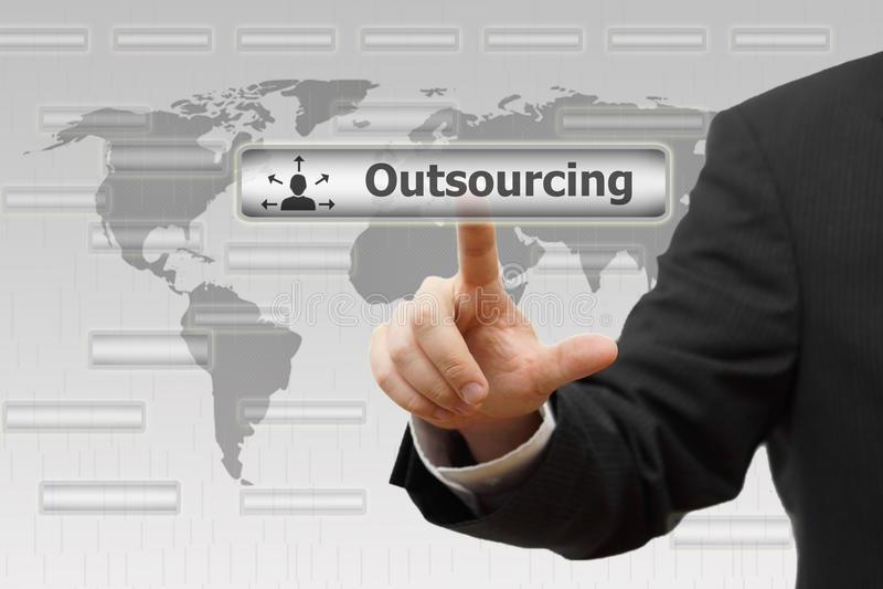 outsourcing Homem de negócios que pressiona o botão virtual de externalização fotografia de stock royalty free