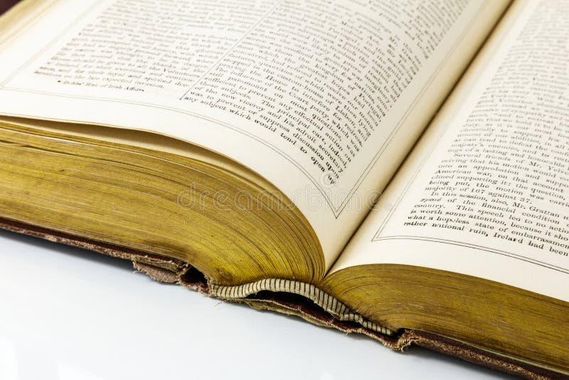 Ouvert d'histoire historique cartonnée de livre vieil porté photos stock