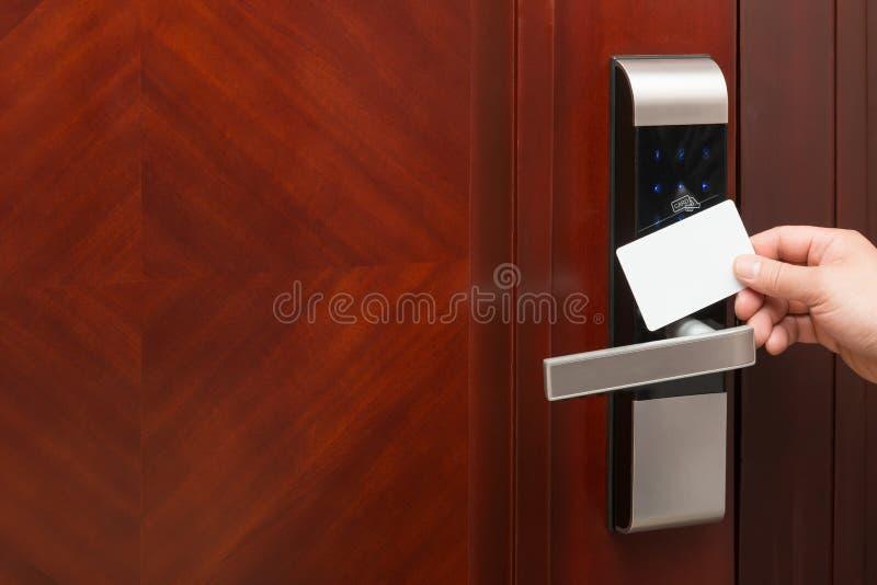 Ouverture électronique de serrure de porte par une carte vierge de sécurité bonne pour ajouter le texte images stock