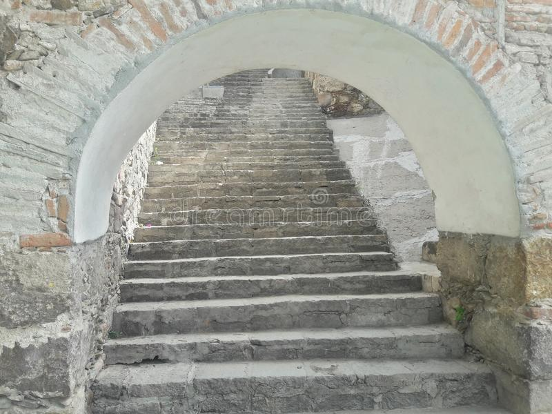 Ouverture blanche rustique en pierre antique de tunnel d'arcade d'escalier de brique, vieille texture rustique, altitude s'élevan images libres de droits