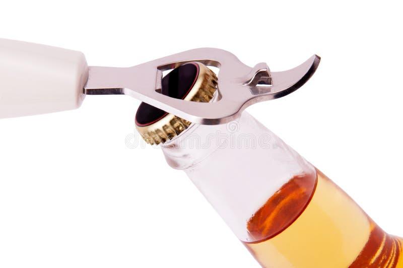 Ouverture d'une bouteille image stock