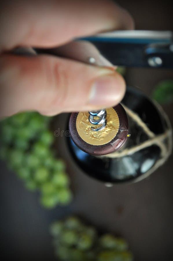 Ouverture d'une bouteille de vin photographie stock