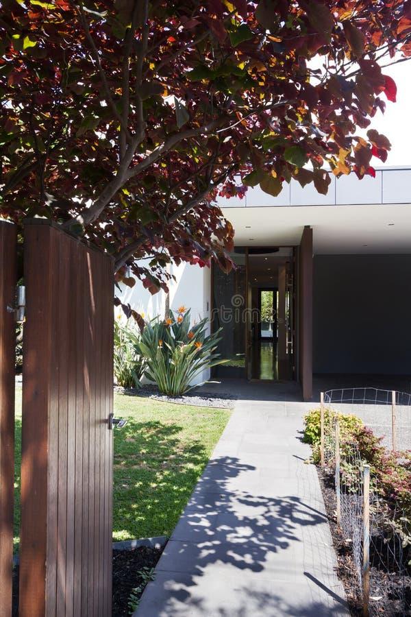 Ouverture de porte avant pour montrer une belle maison contemporaine photos stock