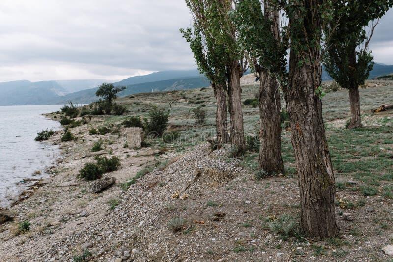 Ouverture de vue sur le r?servoir de Chirkei du rivage Montagnes ? l'arri?re-plan du ciel nuageux Canyon de Sulak, Dagestan photographie stock libre de droits