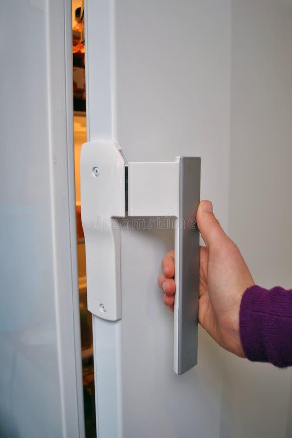 Ouverture du réfrigérateur image stock