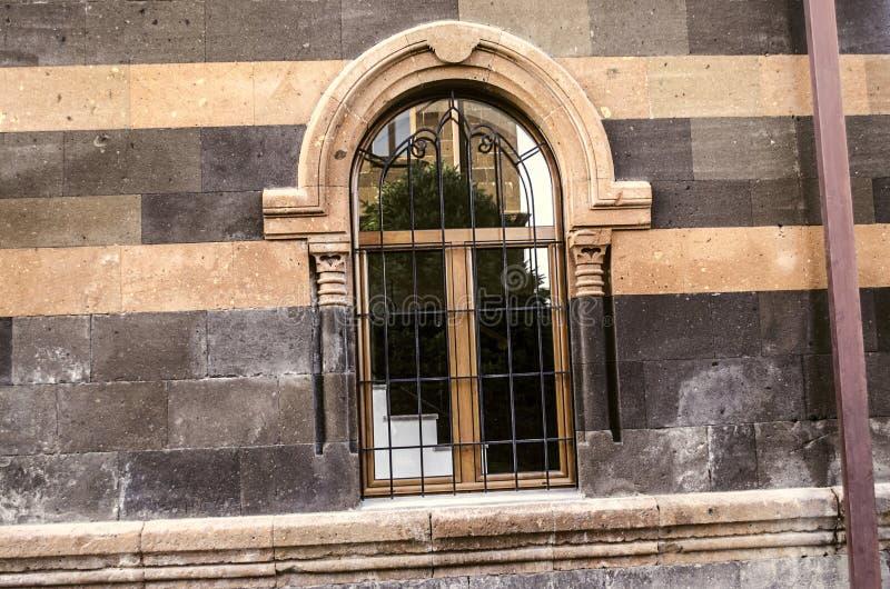 Ouvertures arquées de fenêtre avec les colonnes découpées et le gril en acier décoratif image libre de droits