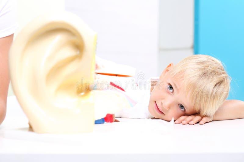Ouvindo a criança fotografia de stock