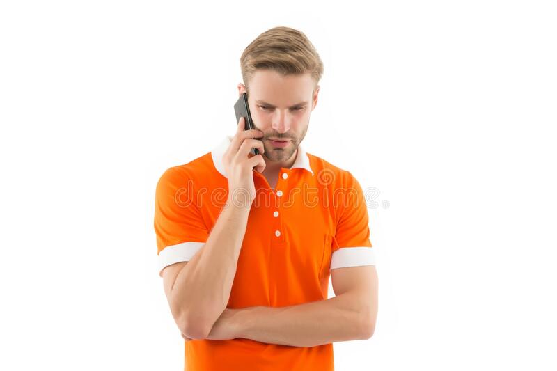 Ouvir com atenção Confiante fala o telefone Chamar amigo Central de chamadas Como posso ajudá-lo? Estilo casual do homem imagem de stock royalty free