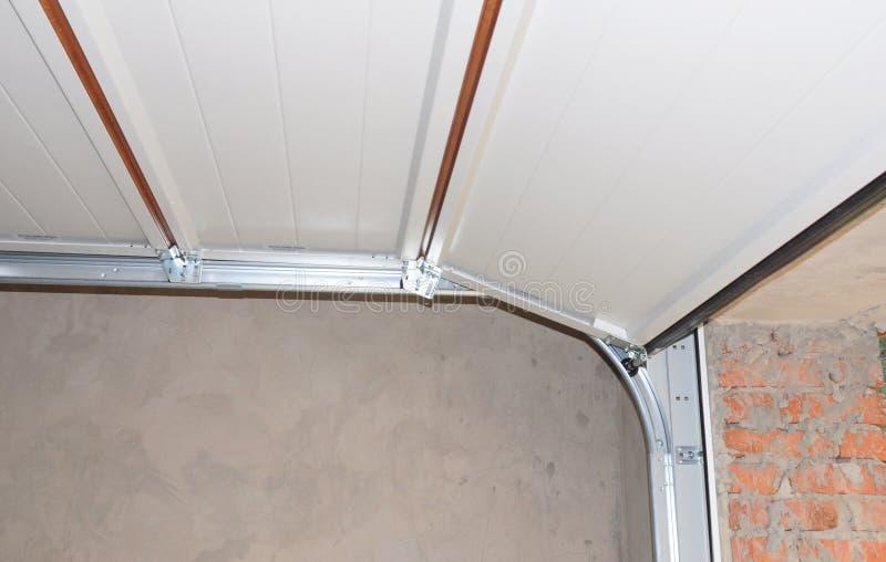 Ouvreur de porte de garage d'installation et de réparation et système de levage images stock