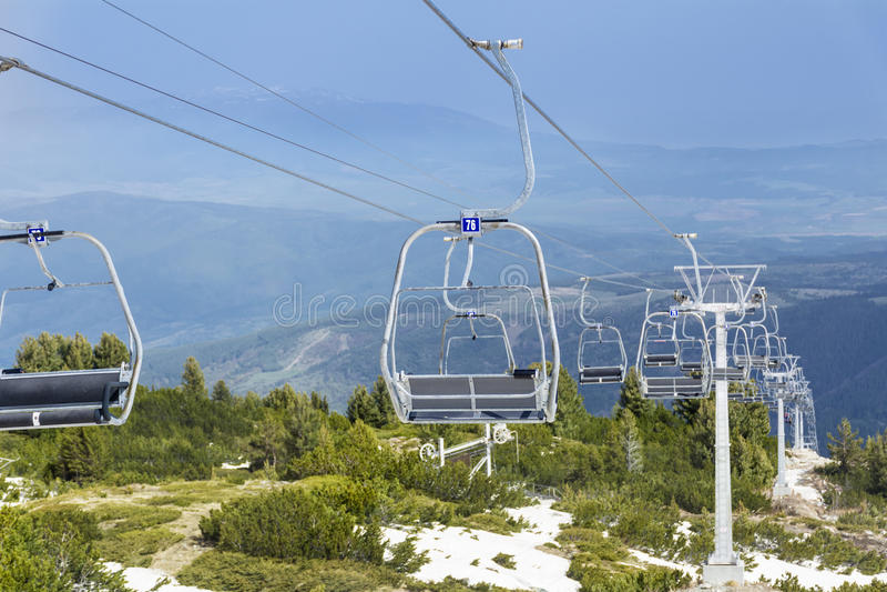 Ouvrez l'ascenseur menant aux sept lacs de rilski en Bulgarie, montagne de Rila photo stock