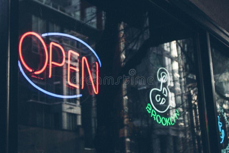 Ouvrez l'enseigne au néon au magasin de vins et de spiritueux photo stock