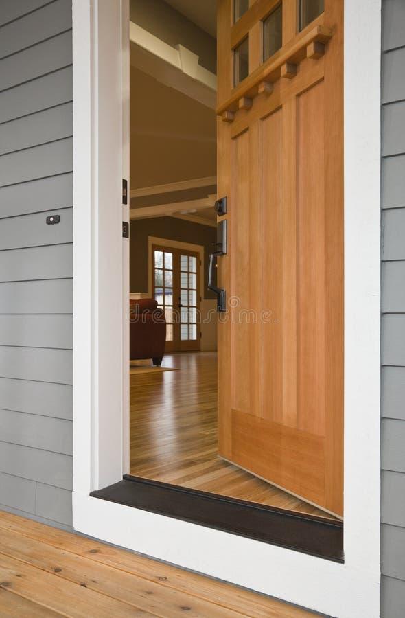 Ouvrez l'entrée principale d'une maison photo libre de droits