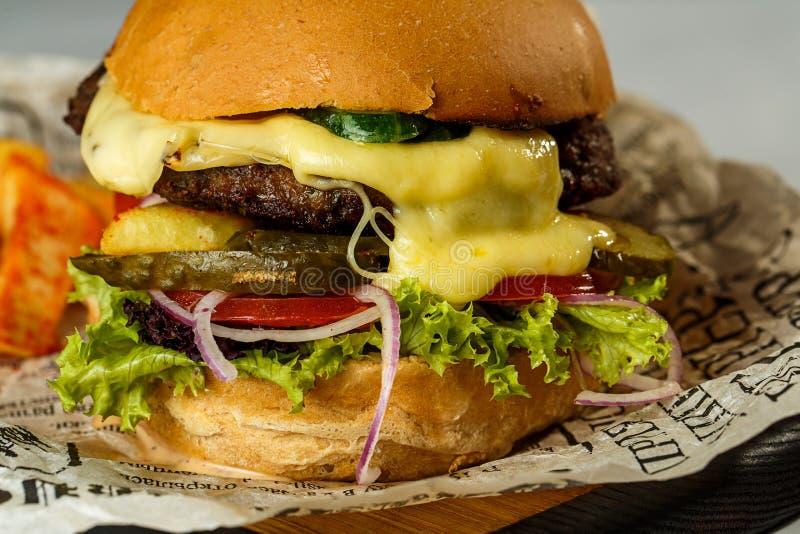 Ouvrez l'hamburger et les pommes frites de boeuf sur la table en bois images stock