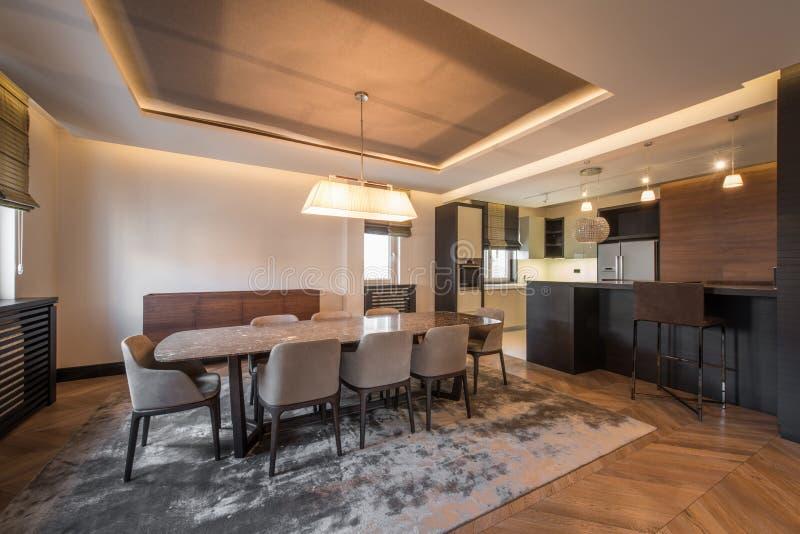 Ouvrez l'intérieur, la cuisine et la salle à manger d'appartement de plan photos stock