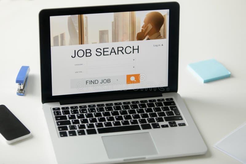 Ouvrez l 39 ordinateur portable sur le bureau titre de recherche d 39 emploi sur l 39 cran photo stock - Recherche ordinateur de bureau ...