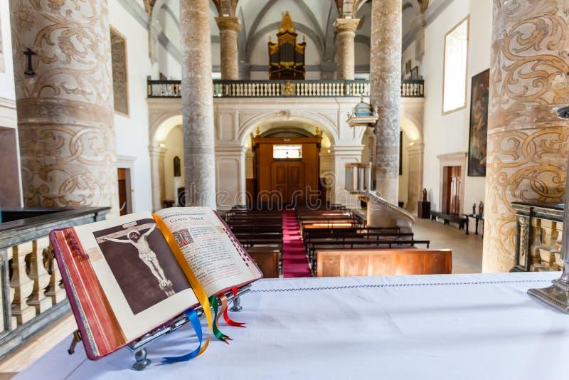 Ouvrez la bible au-dessus de l'autel dans l'église de Misericordia images libres de droits