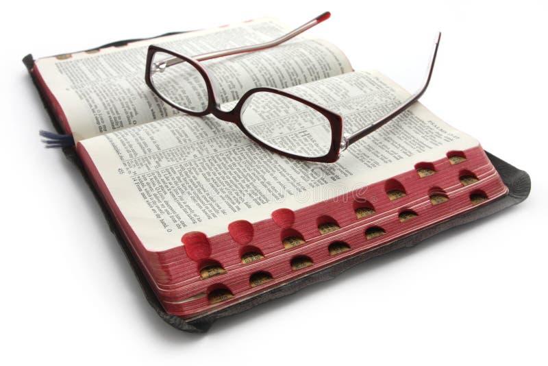 Ouvrez la bible avec des glaces photos stock
