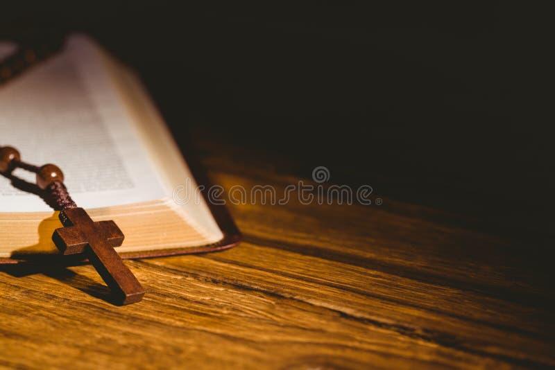Ouvrez la bible avec des perles de chapelet image stock