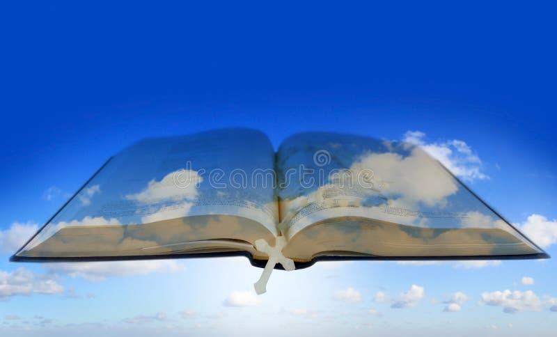 Ouvrez la bible avec la croix sur le ciel photos stock