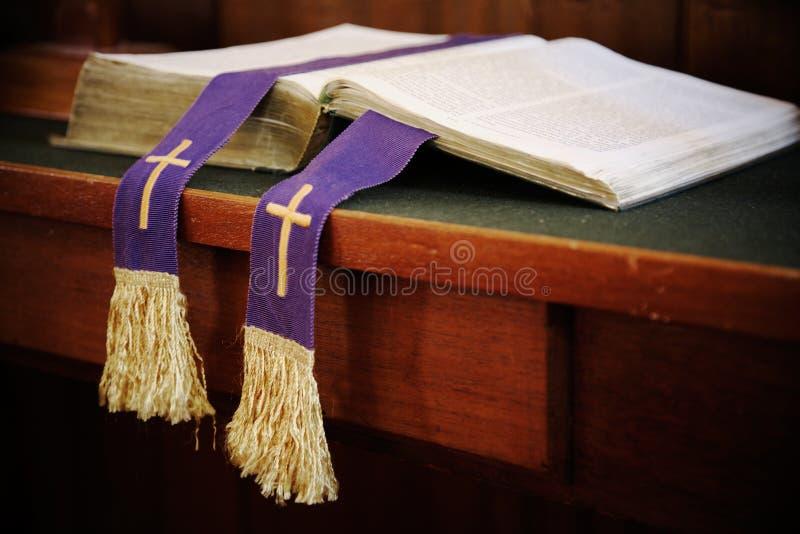 Ouvrez la bible avec le signet photographie stock libre de droits