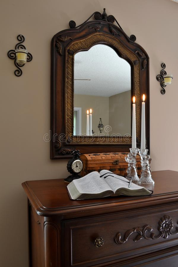 Ouvrez la bible avec les anges, les bougies de Lit et le Clock-0 en verre photos libres de droits