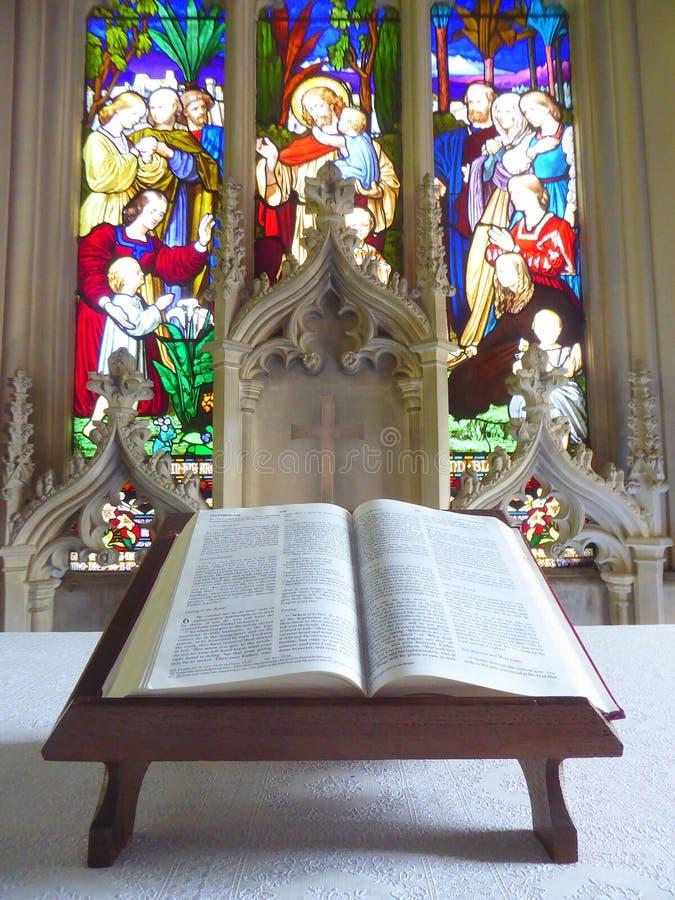 Ouvrez la bible sur l'autel d'église photographie stock