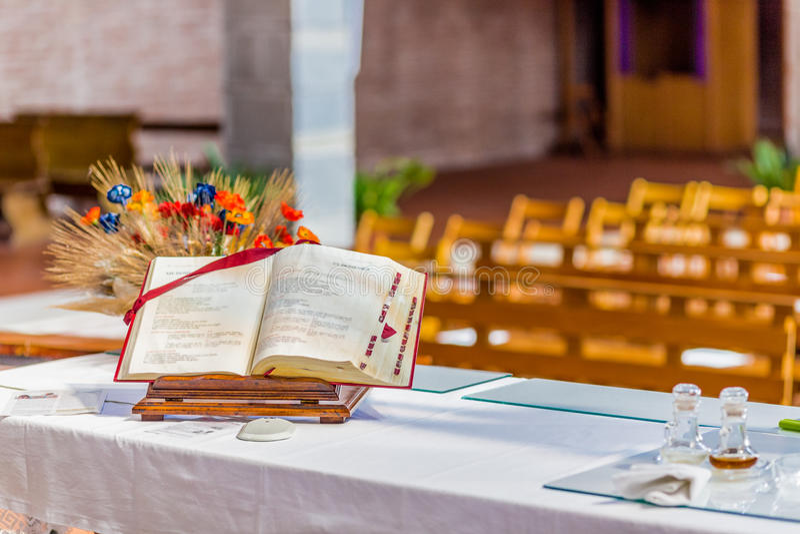 ouvrez la bible sur l'autel de l'église catholique image libre de droits