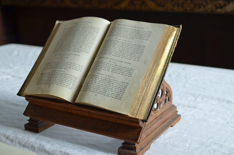 Ouvrez la bible sur un autel dans une église anglaise photo stock