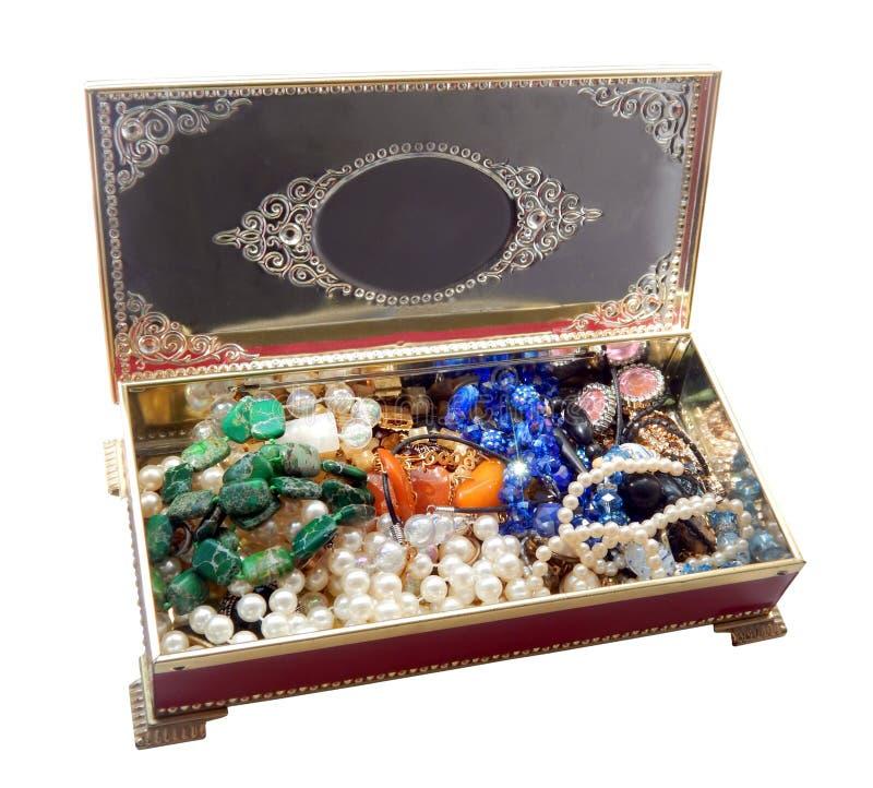 Ouvrez la boîte à bijoux rouge de vintage, d'isolement sur le fond blanc photographie stock