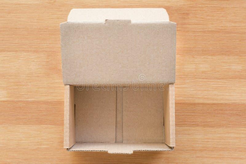 Ouvrez la boîte en carton sur le fond en bois images libres de droits
