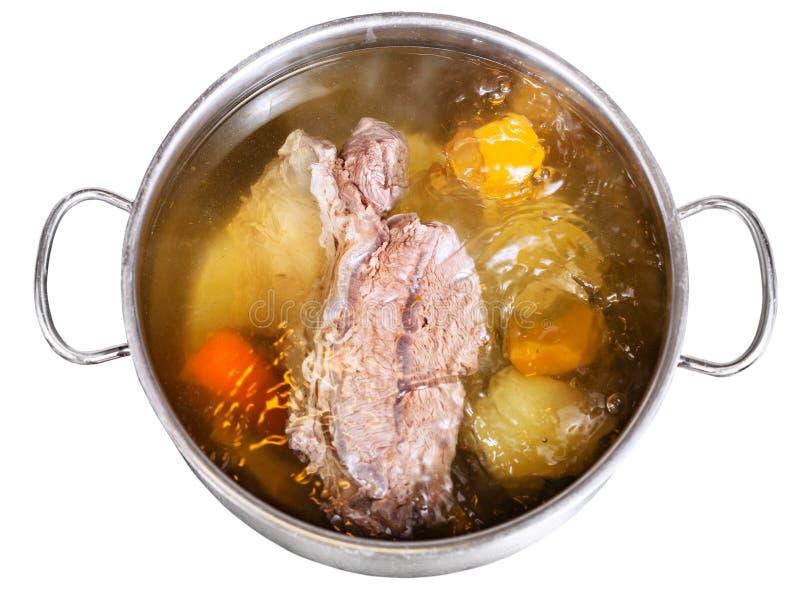 Ouvrez la casserole en acier avec faire cuire le bouillon de boeuf image stock
