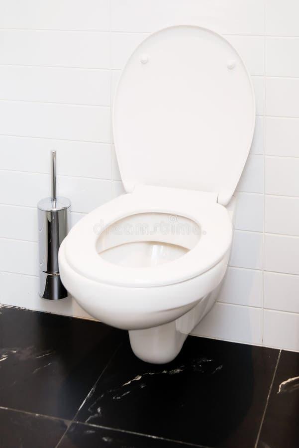 Ouvrez la cuvette des toilettes affleurante de blanc d'intérieur image stock