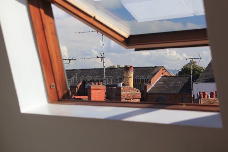 Ouvrez la lucarne ou la fenêtre de velux photos stock