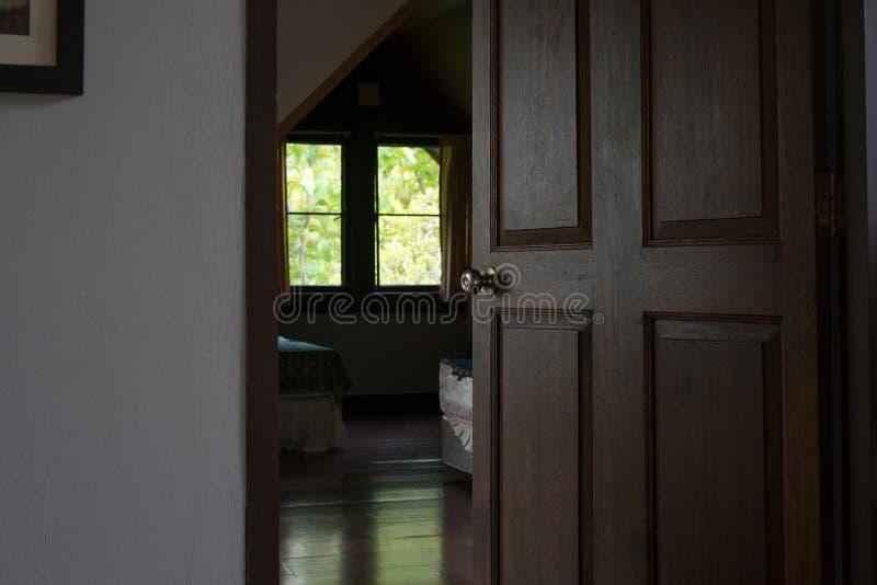 Ouvrez la porte en bois de chambre à coucher photos stock