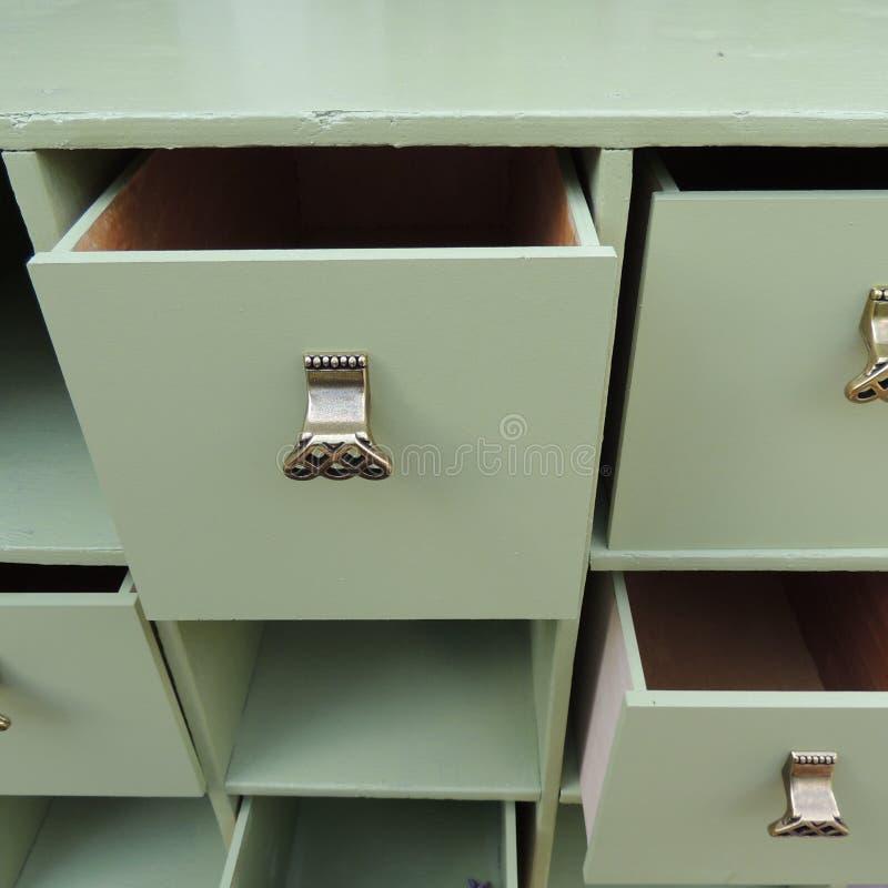 Ouvrez la raboteuse verte de tiroirs avec les poignées à jour image stock