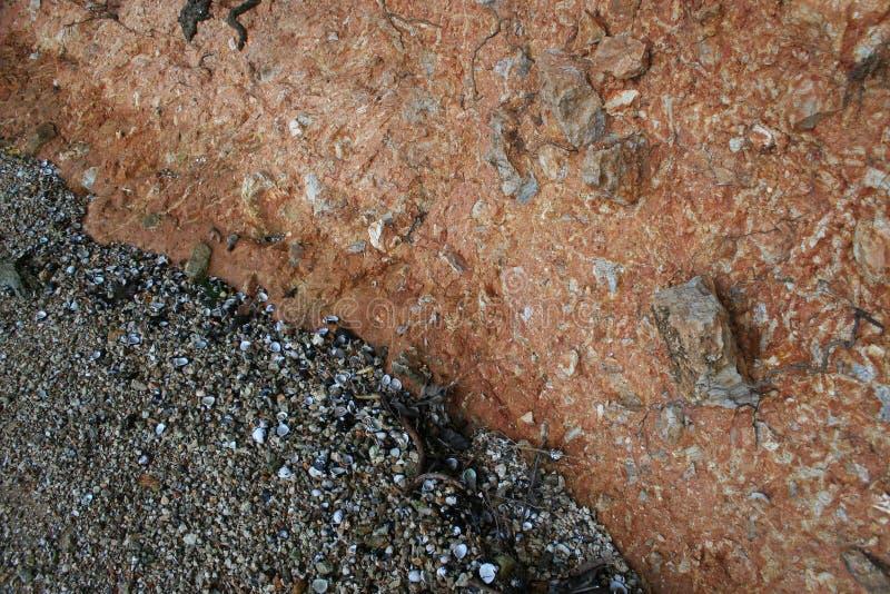 Ouvrez la rive de cercles qui montre les couches de la roche image libre de droits