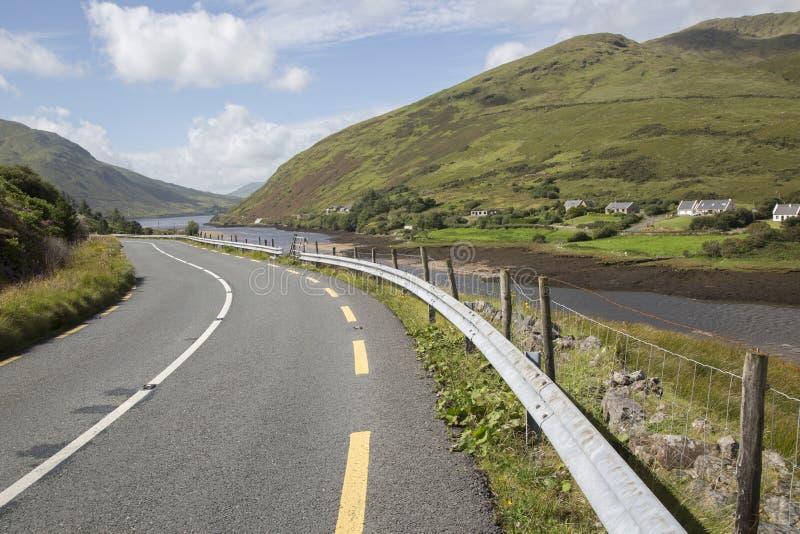 Ouvrez la route à côté du lac fjord de Killary de lac ; Leenane, Connemara photos stock