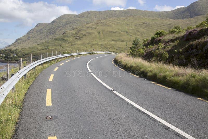 Ouvrez la route à côté du lac fjord de Killary de lac ; Leenane, Connemara images libres de droits