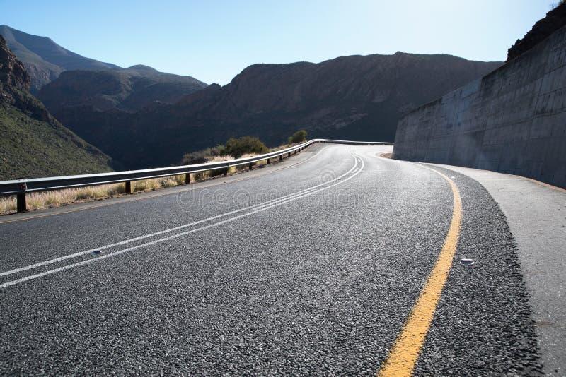 Ouvrez la route de goudron dans les montagnes images stock